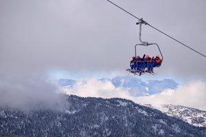Esquiadores en un telesilla de Baqueira Beret.