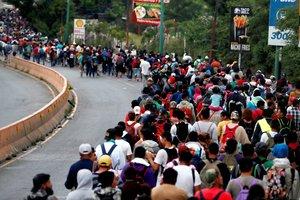 CHIQUIMULAGUATEMALALa caravana de migrantes hondurenos sigue su paso desde la ciudad de Chiquimula rumbo al departamento de ZacapaGuatemala,con la idea de llegar a Estados Unidosincluso a Canadaaduciendo razones de seguridad y la busca de mejores condiciones de vidaEFE Esteban Biba