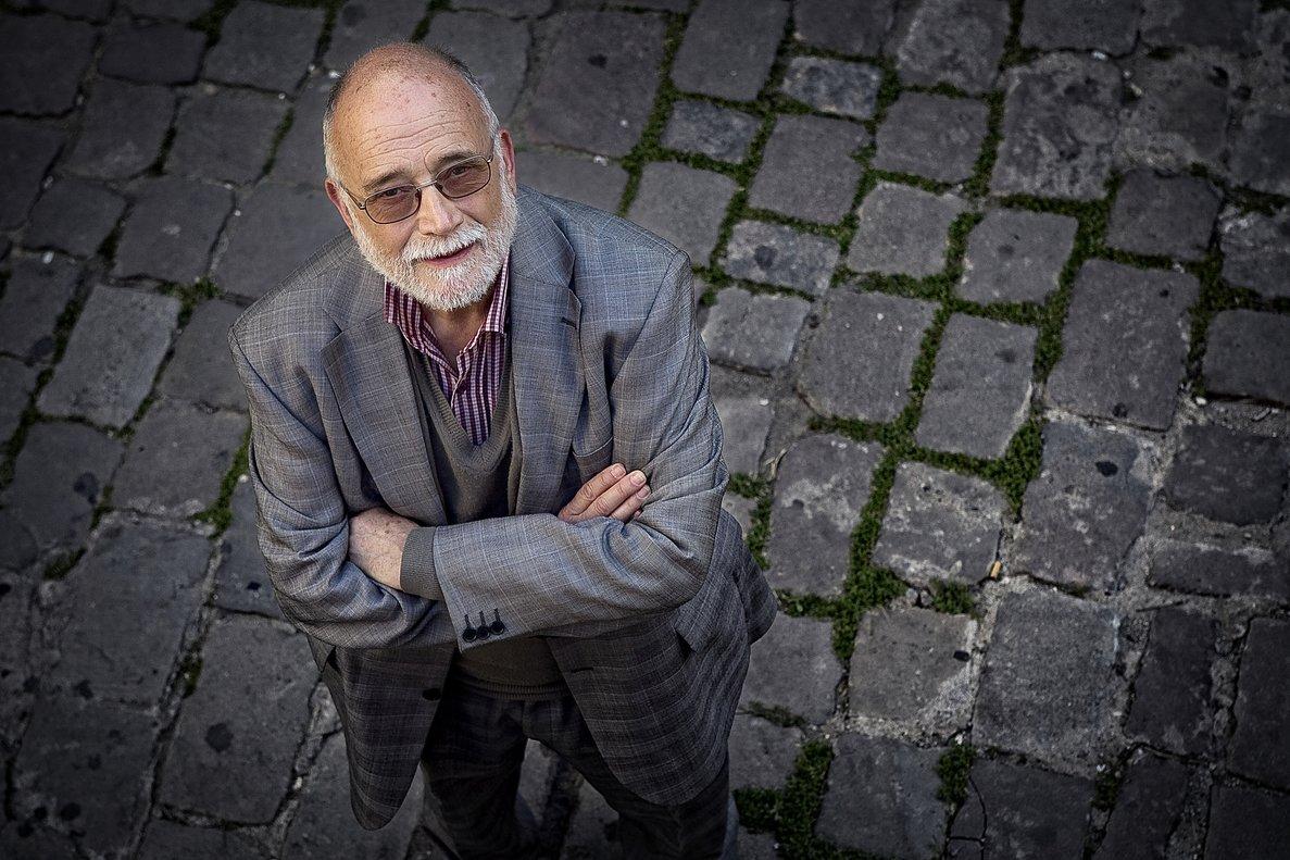 'Mai és tan fosc' sigue al economista y activista Arcadi Oliveres.