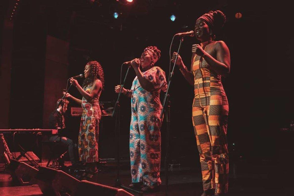Las Sey Sisters, Kathy, Edna y Yolanda, durante uno de sus conciertos.
