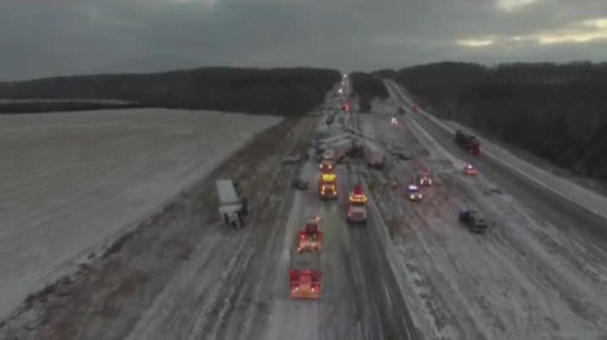 Un accidente múltiple a causa del temporal de nievecolapsa una autopista estadounidense .
