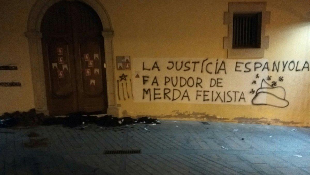 Acción de protesta de los CDR ante los juzgados de Cervera.
