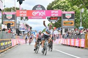 Ackermann celebra el triunfo en la segunda etapa del Giro.