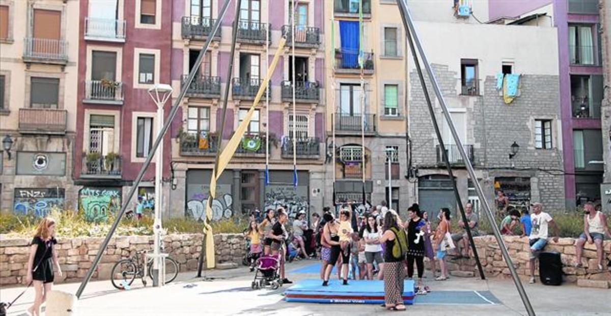 Actividad de EnCircant el barri realizada el pasado verano en la calle de Mestres Casals i Martorell.