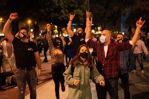 Acto festivo organizado por la plataforma de trabajadores del ocio nocturno, anoche, en la plaza de Catalunya de Barcelona.