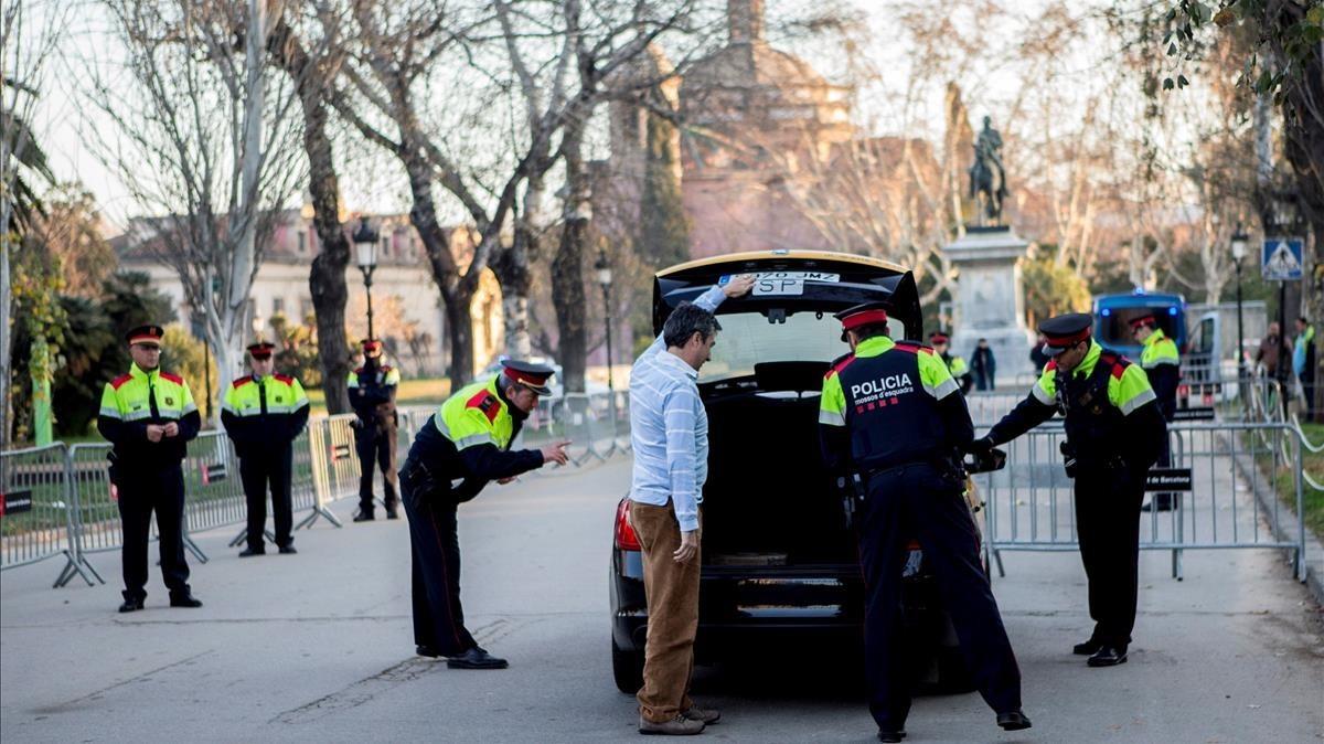Agentes de los Mossoscontrolan los accesos al Parlament de Catalunya.