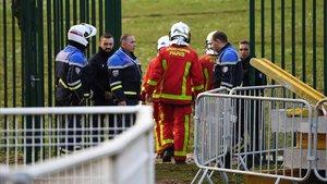 Agentes de policía y bomberos intervienen en el ataque de Villejuif, al sur de París.
