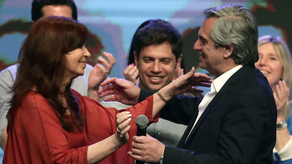 Alberto Fernández y Cristina Fernández de Kirchner, vencedores en las elecciones argentinas, celebran el triunfo.