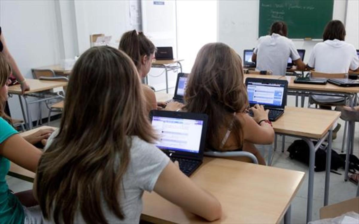 Alumnos del instituto de Pineda de Mar, trabajando en clase con ordenadores.