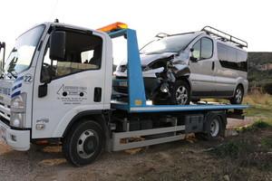 Una grúa retira la furgoneta en la que viajaba el conductor que ha provocado el accidente.