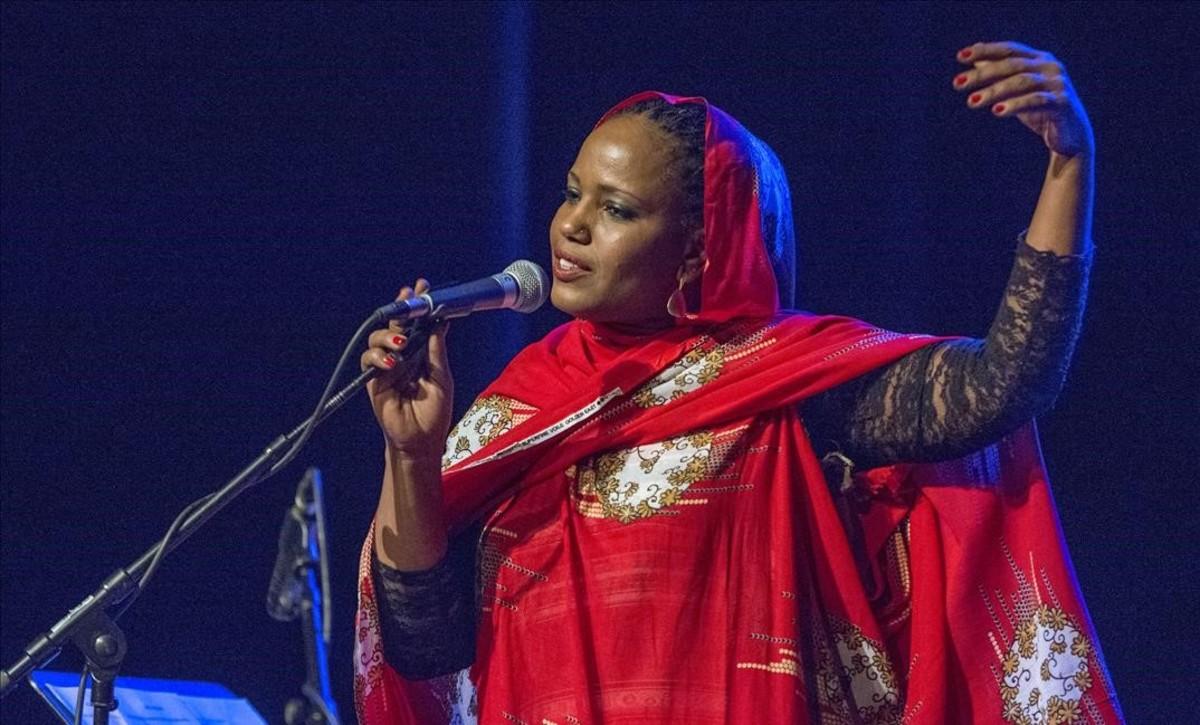 La artista Aziza Brahim, este viernes en Badalona, en el festival Blues & Ritmes.