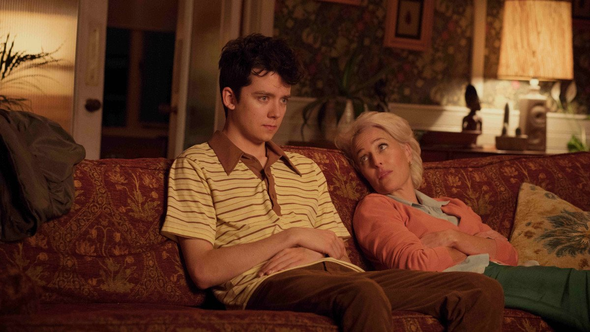 Asa Butterfield y Gillian Anderson, en 'Sex education'.