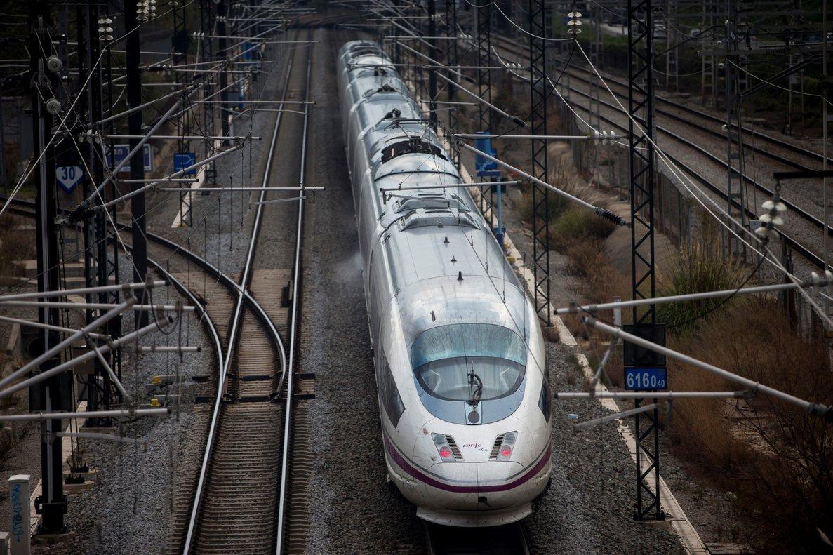 Imagen de archivo de un tren AVE saliendo de la estación de Barcelona