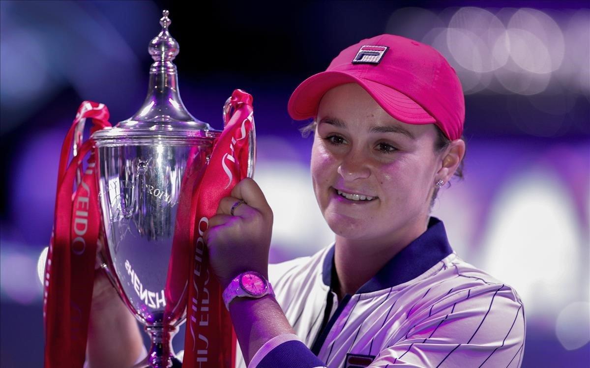 Bartysostiene el trofeo de campeona del Masters femenino en Shenzhen