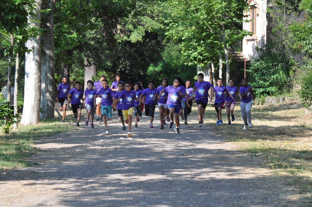 Niños corriendo en unas colonias de Fundesplai