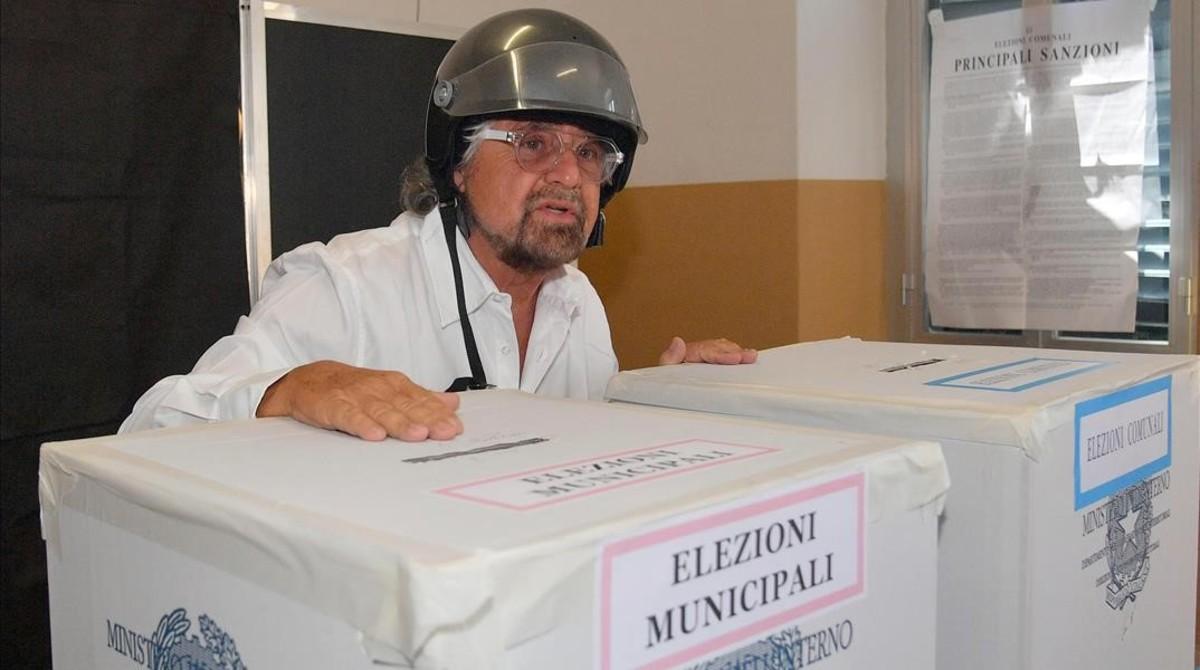 Beppe Grillo, tras depositar su papeleta en las urnas, en Génova, el 11 de junio.