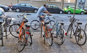 Bicicletas aparcadas en Barcelona.