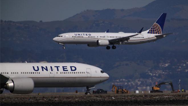 Boeing suspenderá en enero la fabricación del 737 Max y cae en bolsa un 4,29 %. En la foto, un avión de ese modelo aterriza en San Francisco.