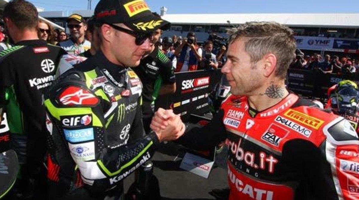 El británico Jonathan Rea (Kawasaki) y el español Álvaro Bautista (Ducati) se saludan en Phillip Island (Australia), donde arrancó el Mundial de Superbikes.