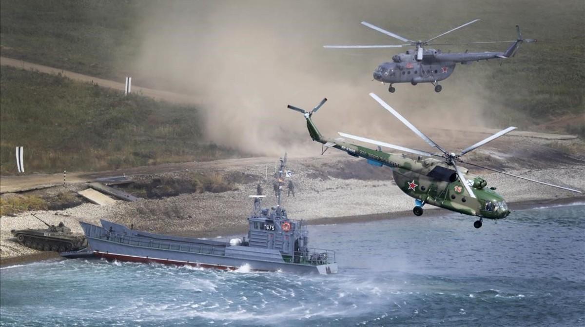 Un buque del Ejército ruso desembarca vehículos blindados en el marco de las maniobras conjuntasrealizadas junto a las tropas chinasen Vostok.