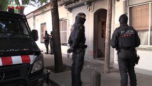 Dispositivo de los Mossos montado en Barcelonapara detener a una banda de tráficaba con droga y revendía pisos ocupados.