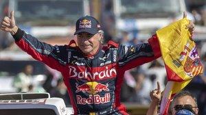Carlos Sainz (Mini) celebra, con la bandera española en la mano, su tercera victoria en el Dakar.