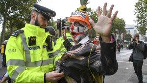 Un activista es detenido por un policía en Londres, etse lunes 7 de octubre