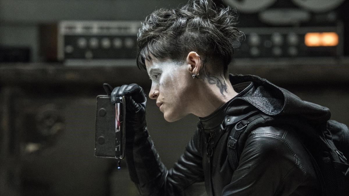 Claire Foy, como Lisbeth Salander, en un fotograma de Millennium. Lo que no te mata te hace más fuerte