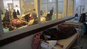Varios pacientes con cólera son atendidos en un hospital de Saná.