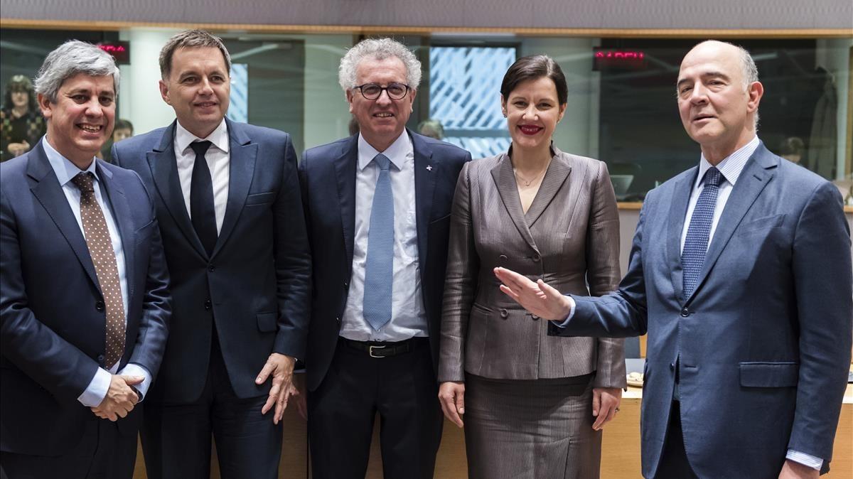 El Comisario europeo de Asuntos Económicos,Pierre Moscovici (derecha), con el nuevo presidente del Eurogrupo, Mario Centeno (izquierda) junto al ministro de Finanzas eslovaco,Peter Kazimir; Luxemburgo, Pierre Gramegna, y Letonia,Dana Reizniece-Ozola.