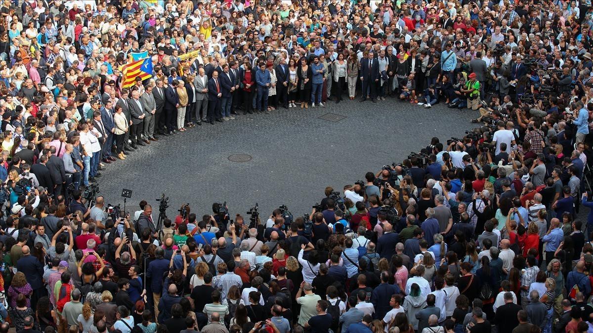 Concentración en plaza Sant Jaume para protestar ante las cargas policiales realizadas el domingo para impedir el referéndum.
