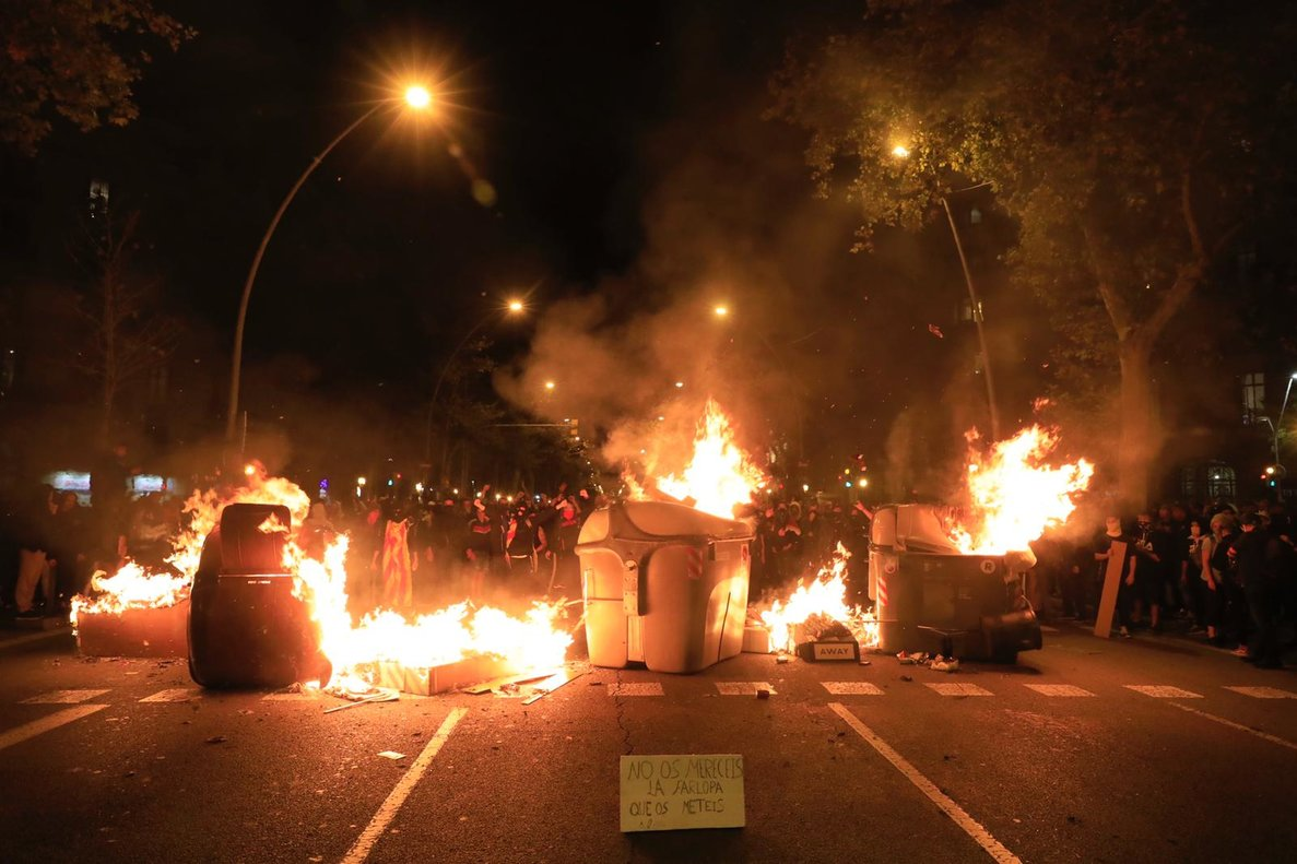 Contenedores ardiendo en el paseo Sant Joan.
