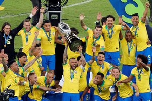 Jugadores de Brasil celebran con el trofeo de la Copa América de Fútbol 2019.