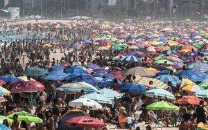 La playa de Ipanemaen Río de Janeiro repleta a pesar de la pandemia de coronavirus.