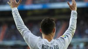 Cristiano Ronaldo se queja de una acción en el duelo con el Atlético en el Bernabéu.