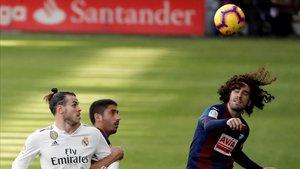 Cucurella lucha por un balón en presencia de Gareth Bale.