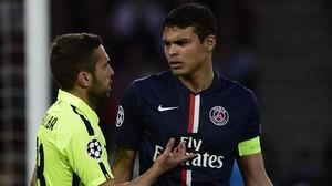El defensa del PSG, Thiago Silva y Jordi Alba conversan durante la ida de cuartos de Champions.