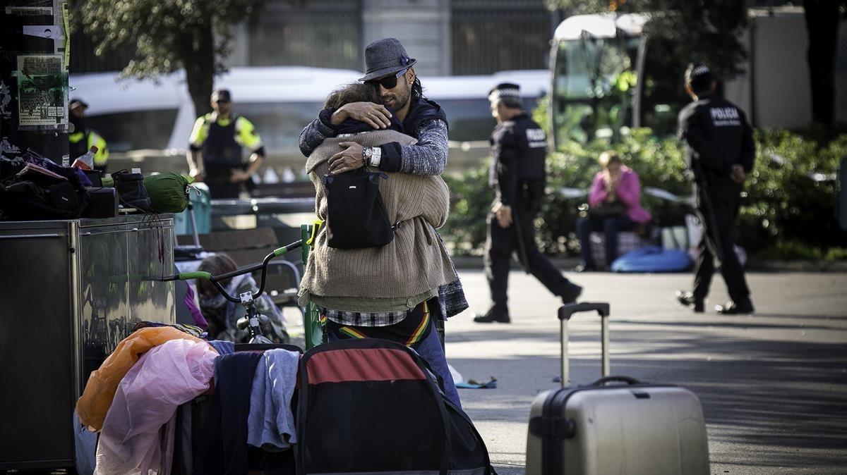 Desalojo de la acampada de personas sin hogar en la plaza de Catalunya.