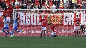 Desolación entre los jugadores del Nàstic tras el gol del Málaga.