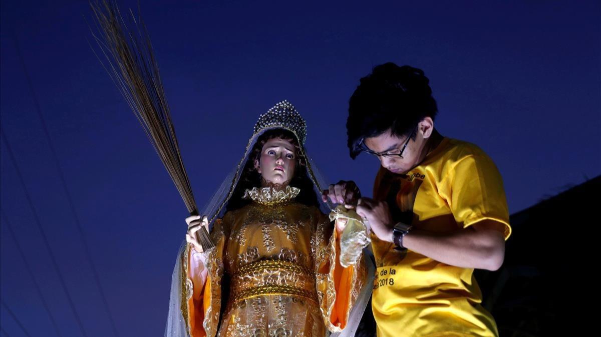 Devotos en una procesión en Pola, Filipinas.