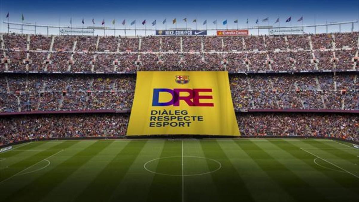 Diàleg, respecte i esport. La inscripción en el tifo desplegado en el Camp Nou en partido de Champions contra el Olympiacos.