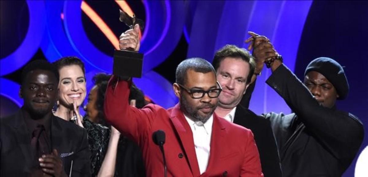 El director Jordan Peele recoge su premios a la mejor película por Déjame entrar.