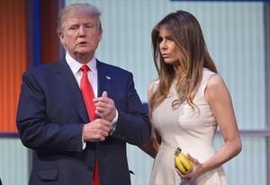 Donald Trump, amb la seva dona, Melania, després del debat amb els altres candidats, dijous.