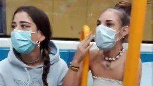 Dos de las menores, en una imagen del vídeo del ataque racista en el metro de Madrid.