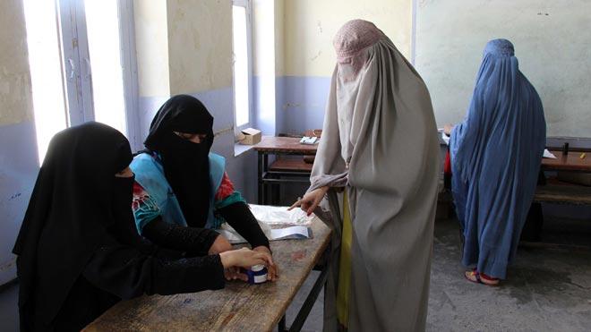 Al menos dos explosiones sin víctimas en Kabul han sacudido este sábado las elecciones presidenciales afganas.