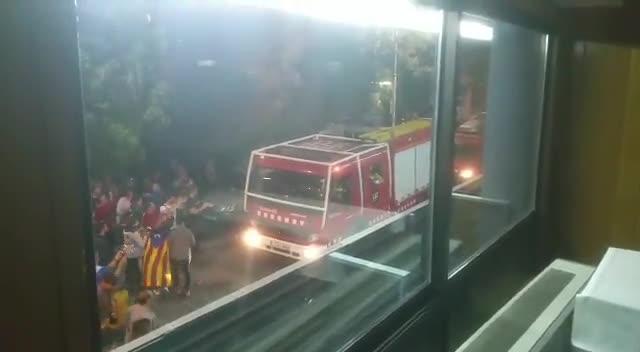 El 4 de octubre de 2017, los bomberos de La Seu dUrgell lideraron un escrache nocturno contra los guardias civiles alojados en un hotel de la localidad. Este vídeo fue grabado por uno de los agentes desde el interior del hotel.