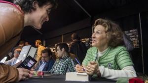 La escritora Julia Navarro firma autógrafos en Sant Jordi.