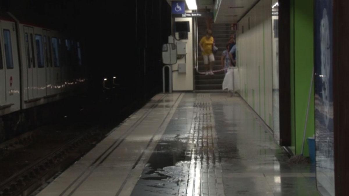 La estación de metro Paral·lel, afectada por las fuertes lluvias caídas de noche en Barcelona.