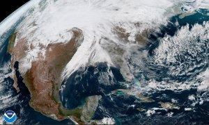 Estados Unidos mientras permanece cubierta por la tormenta invernal. EFE