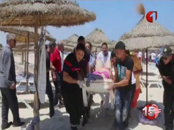 Evacuación de una víctima del ataque terrorista en dos hoteles de la ciudad turística de Susa.
